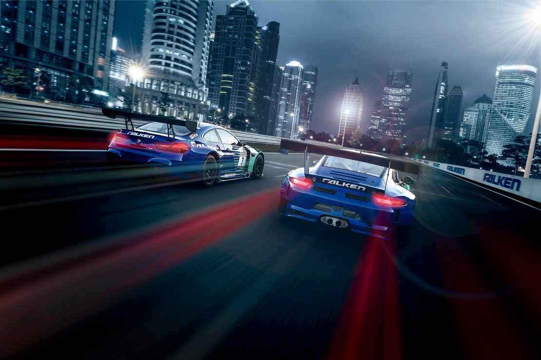 Falken Tyres Motorsport BMW M6 GT3 und Porsche 911 GT3 R rasen bei Nacht durch eine Stadt. Falken Tyres Motorsport cars BMW M6 GT3 and Porsche 911 GT3 R racing through a city at nighttime