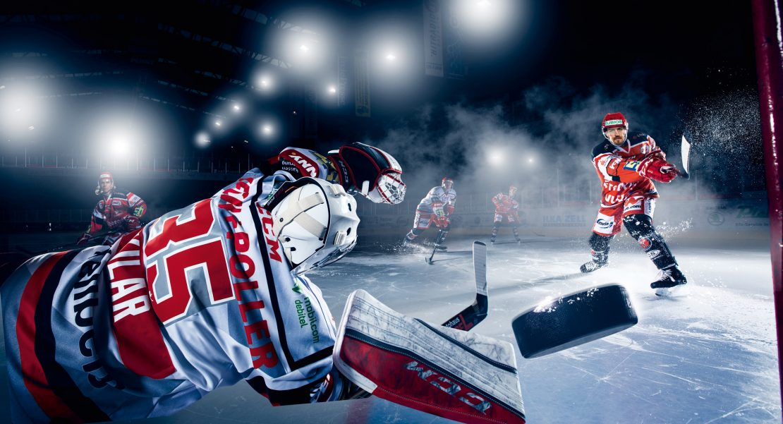 Eishockes Spielsituation aus Sicht des Torwarts. Ice Hockey game action in the point of view of the goalkeeper.
