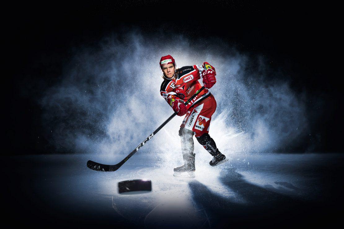 Eishockey Spieler macht einen Schlagschuss. Ice Hockey player makes a slapshot.
