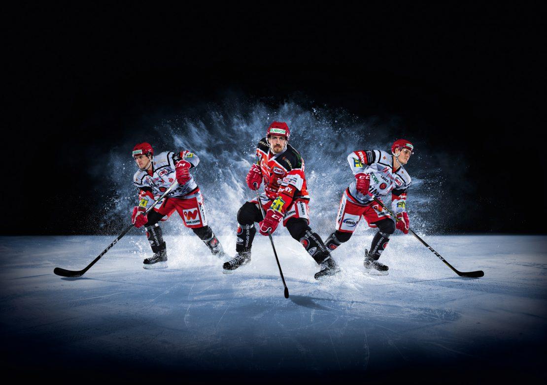 Drei attackierende Eishockey Spieler. Three attacking Ice Hockey player.
