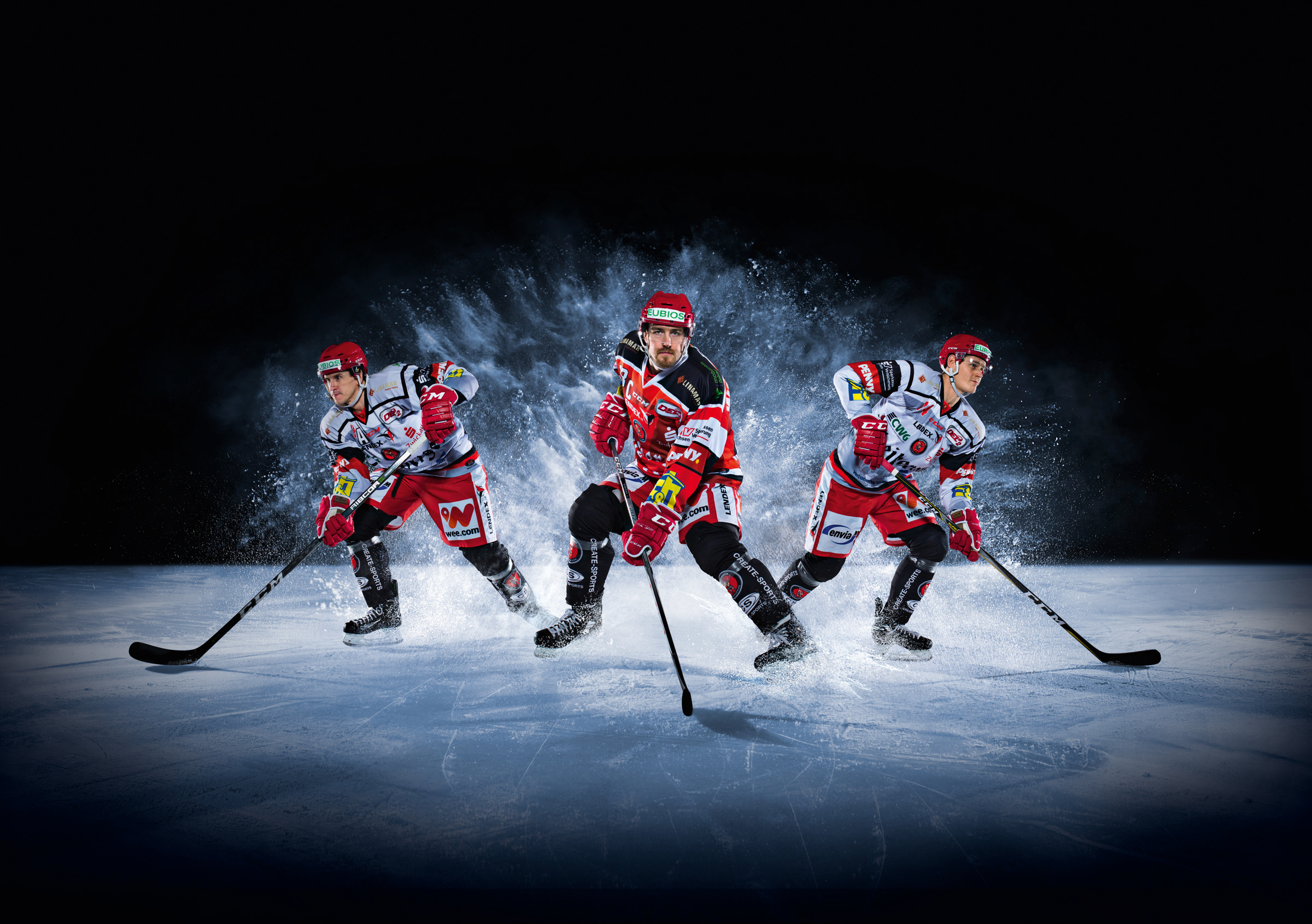 Drei attackierende Eishockey Spieler. Three attacking Ice Hockey player.