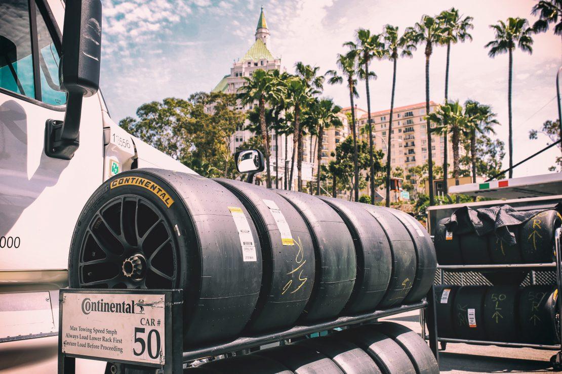 Reifen aufgereiht und bereit für das IMSA Rennen in Long Beach, Los Angeles. Tires lined up and ready prepared for the IMSA race in Long Beach, Los Angeles.