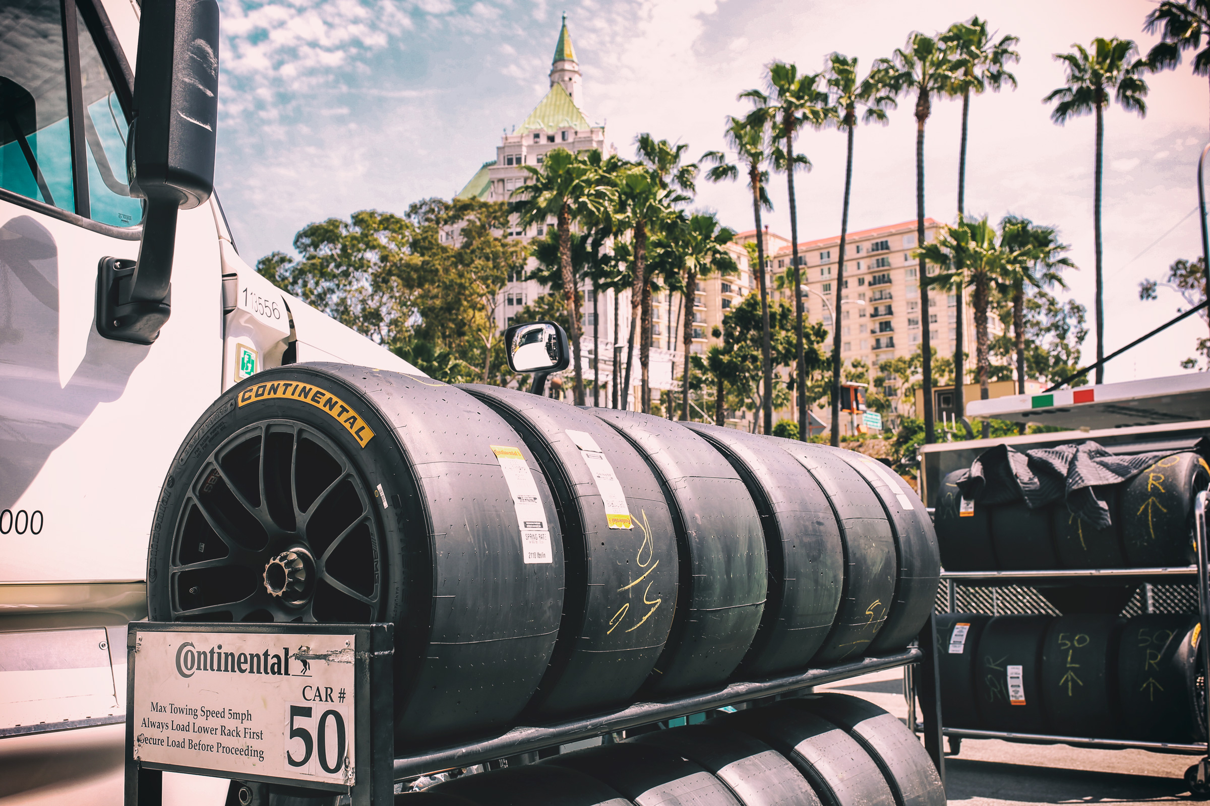 Reifen aufgereiht und bereit für das IMSA Rennen in Long Beach, Los Angeles. Tires lined up and ready prepared for the IMSA race in Long Beach, Los Angeles.