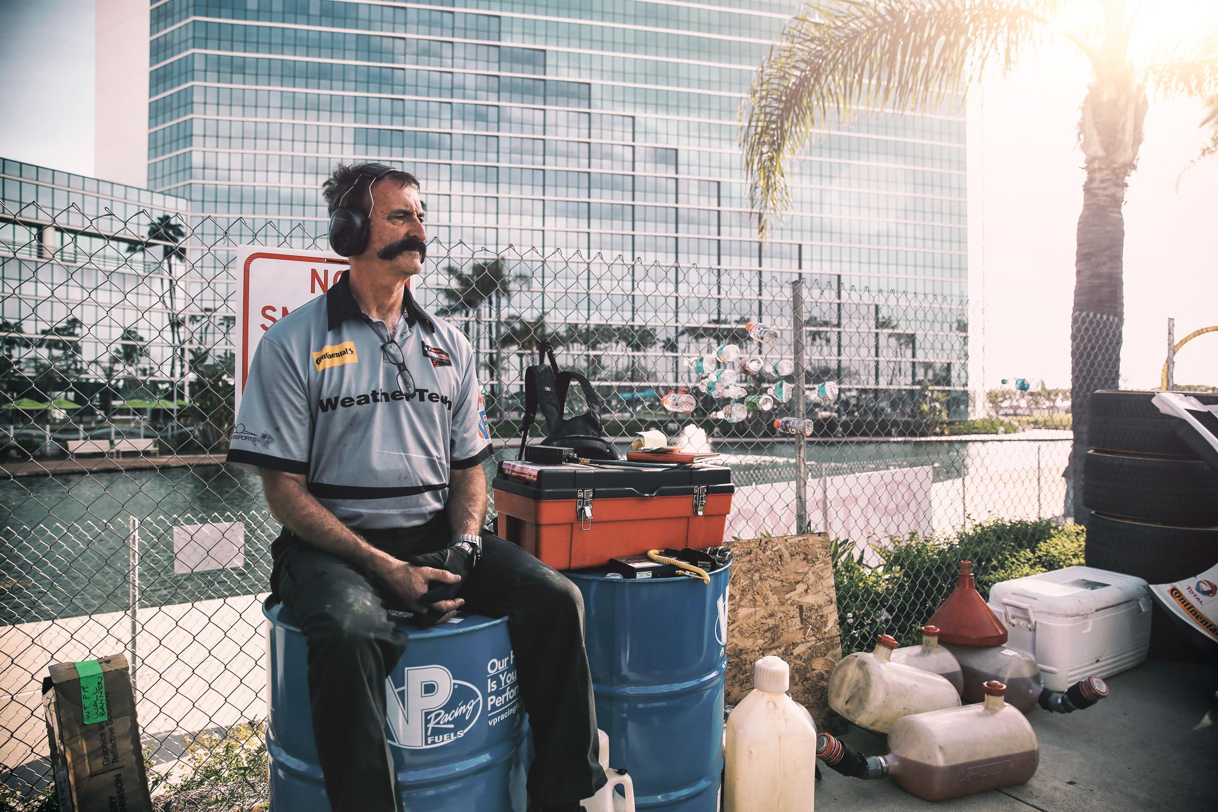 Mechaniker von Riley Motorsports in der Boxengasse von Long Beach, Los Angeles. Mechanic of Riley Motorsports in the pitlane of Long Beach, Los Angeles
