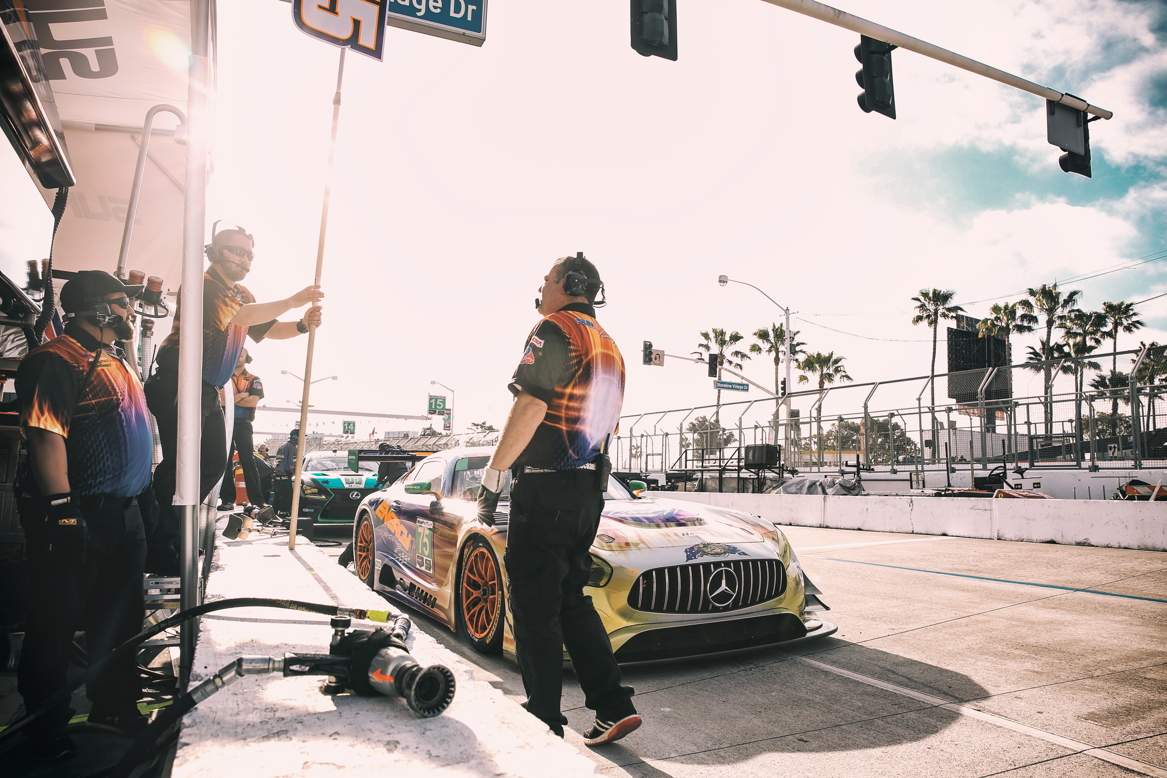 Mechaniker und Mercedes AMG-GT3 von SunEnergy in der Boxengasse von Long Beach, Los Angeles. Mechanics and Mercedes AMG-GT3 of SunEnergy in the pitlane of Long Beach, Los Angeles