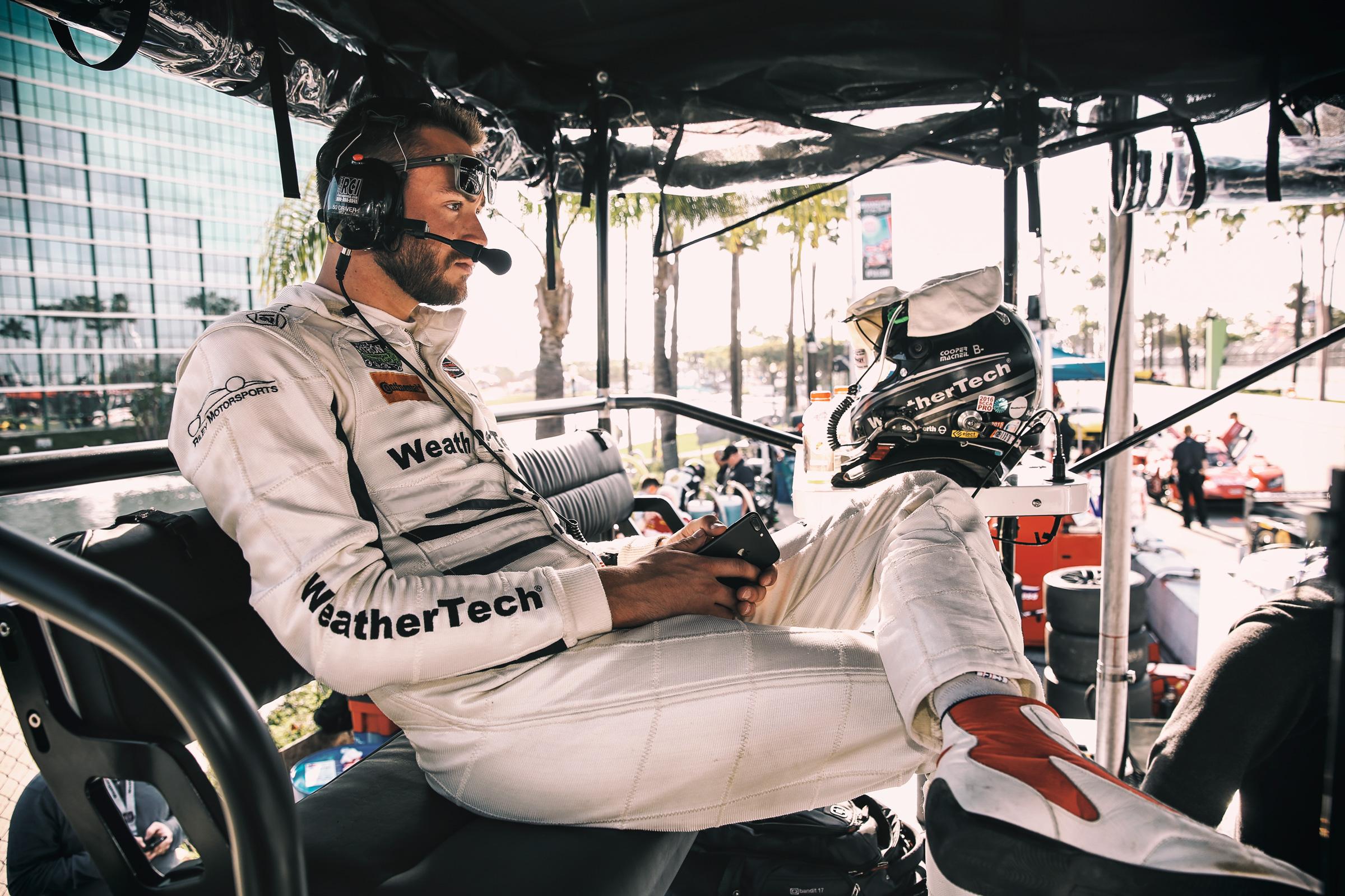 Cooper MacNeil in der Boxengasse am Platz von Riley Motorsports in Long Beach, Los Angeles. Cooper MacNeal in the pitlane at Riley Motorsports place in Long Beach, Los Angeles