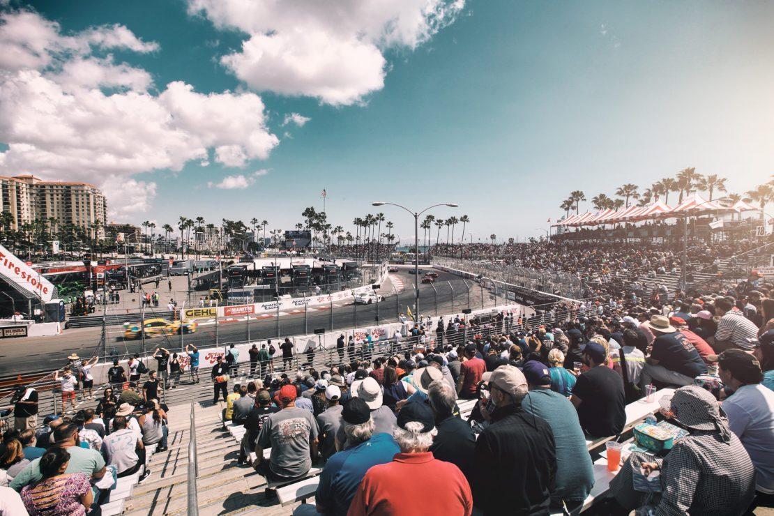 Zuschauer und Rennstrecke in Long Beach, Los Angeles. Spectators and racetrack in Long Beach, Los Angeles.