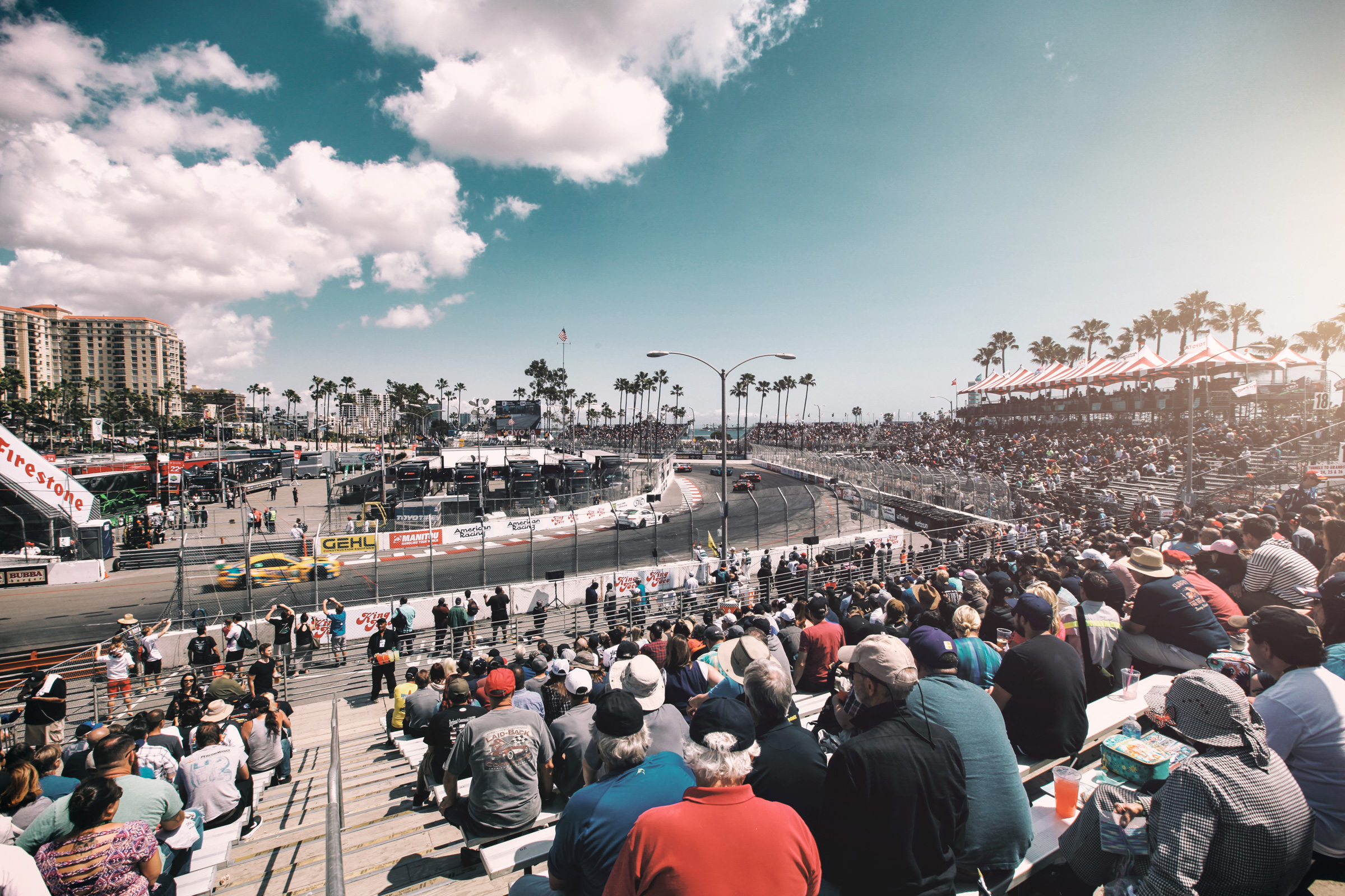 Zuschauer und Rennstrecke in Long Beach, Los Angeles. Spectators and racetrack in Long Beach, Los Angeles.