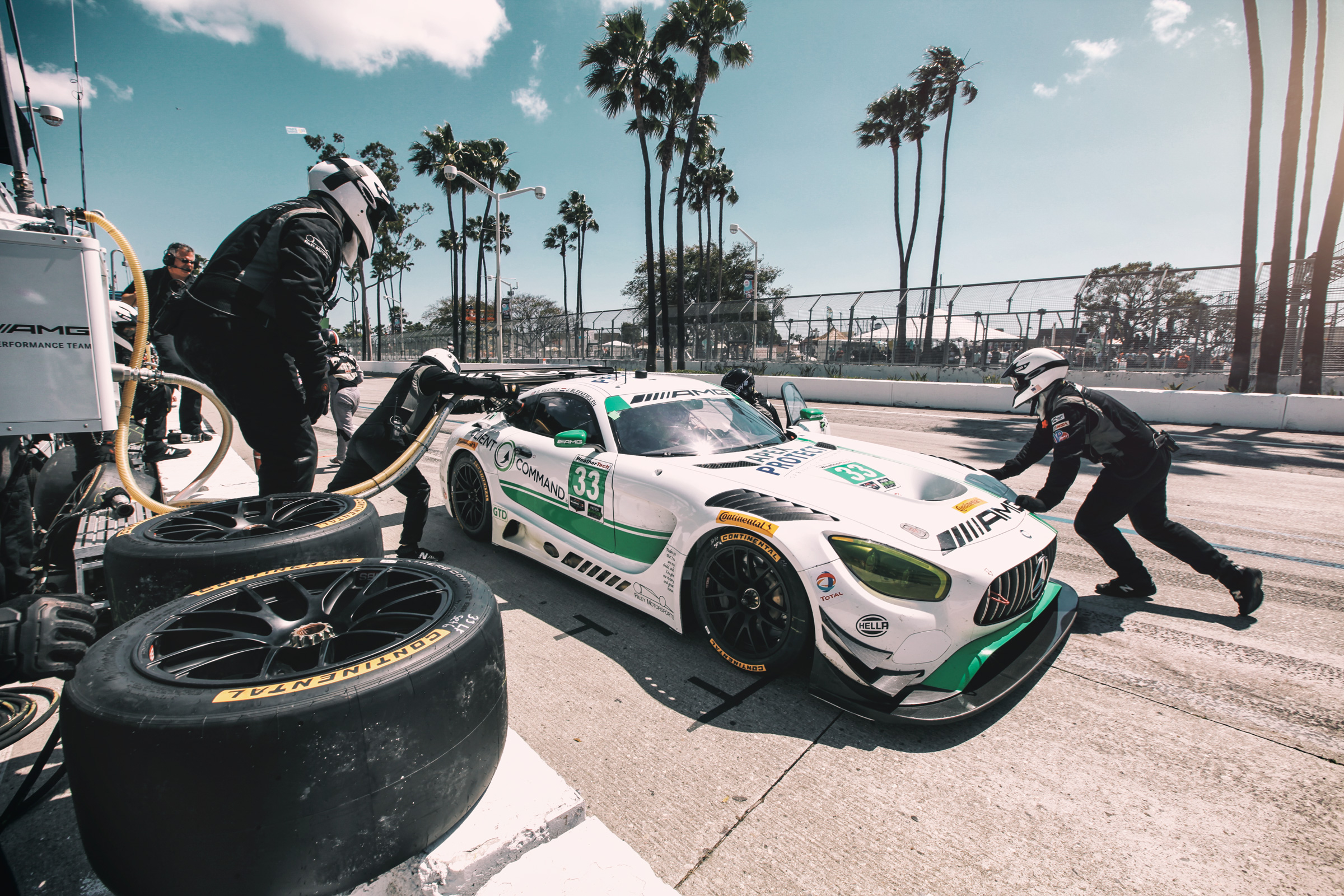 Mechaniker und Mercedes AMG-GT3 von Riley Motorsports in der Boxengasse von Long Beach, Los Angeles. Mechanics and Mercedes AMG-GT3 of Riley Motorsports in the pitlane of Long Beach, Los Angeles
