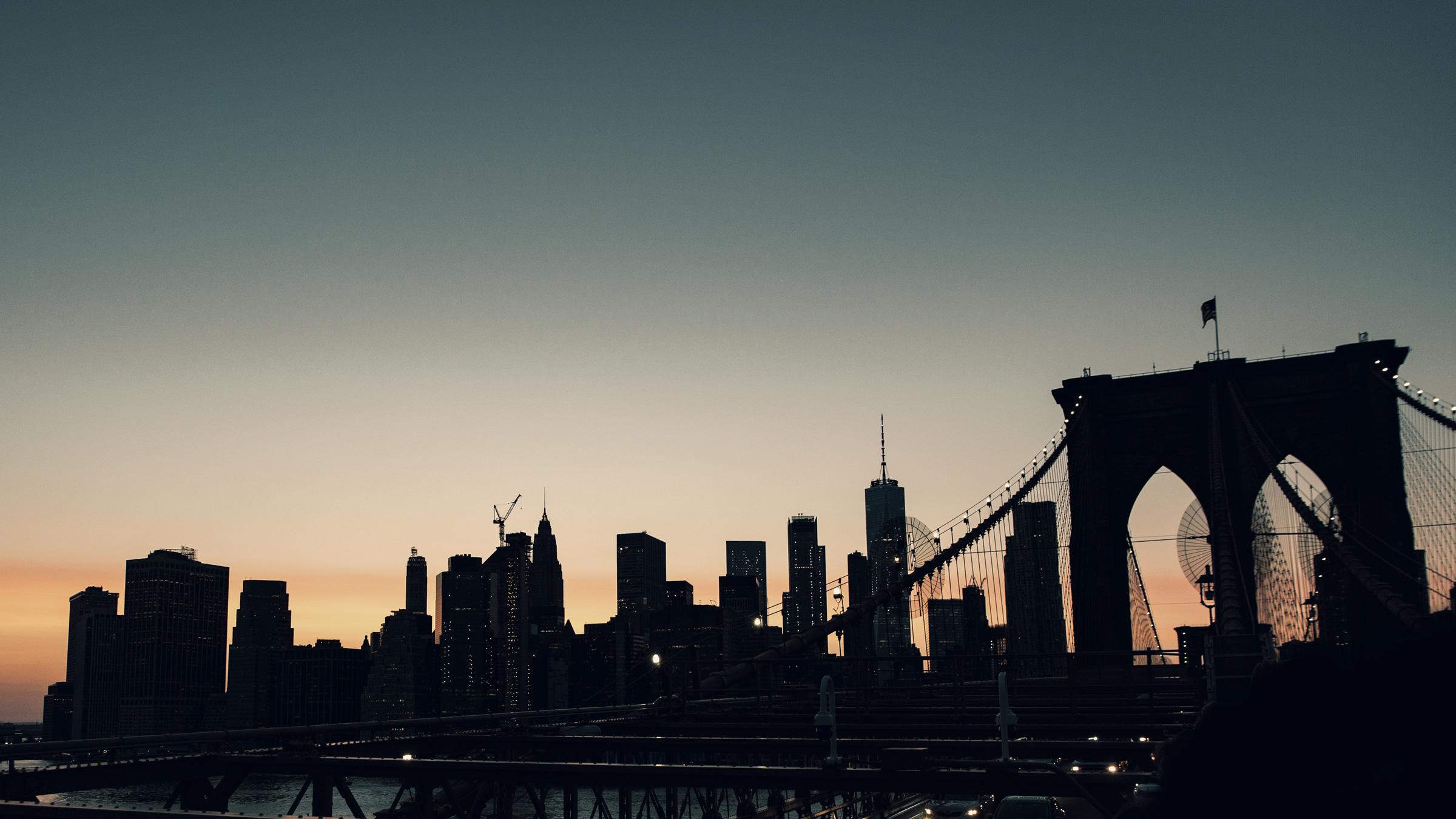 Brooklyn Bridge mit der Skyline von Downtown Manhattan im Sonnenuntergang. Brooklyn Bridge with the skyline of Downtown Manhattan in the sunset.