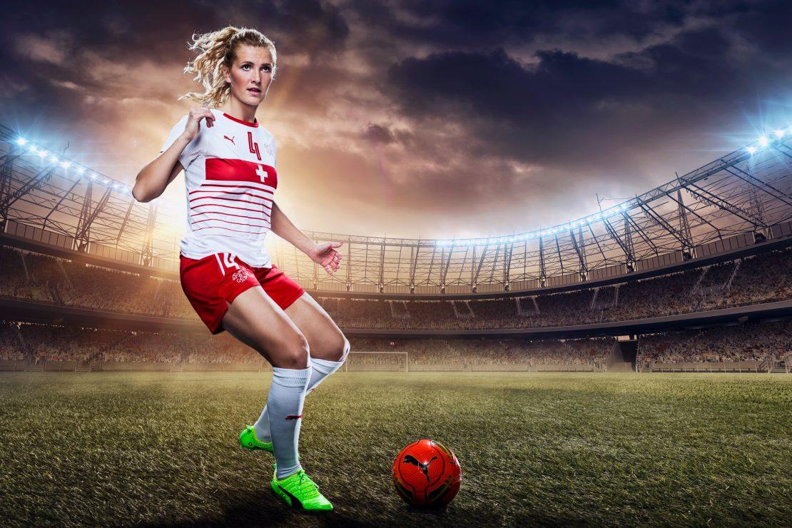 Rachel Rinast von der Schweizer Fußballnationalmannschaft der Frauen beim Abstoß im Stadion. Rachel Rinast of the Swiss Women's National Team doing a kickoff in a stadium.