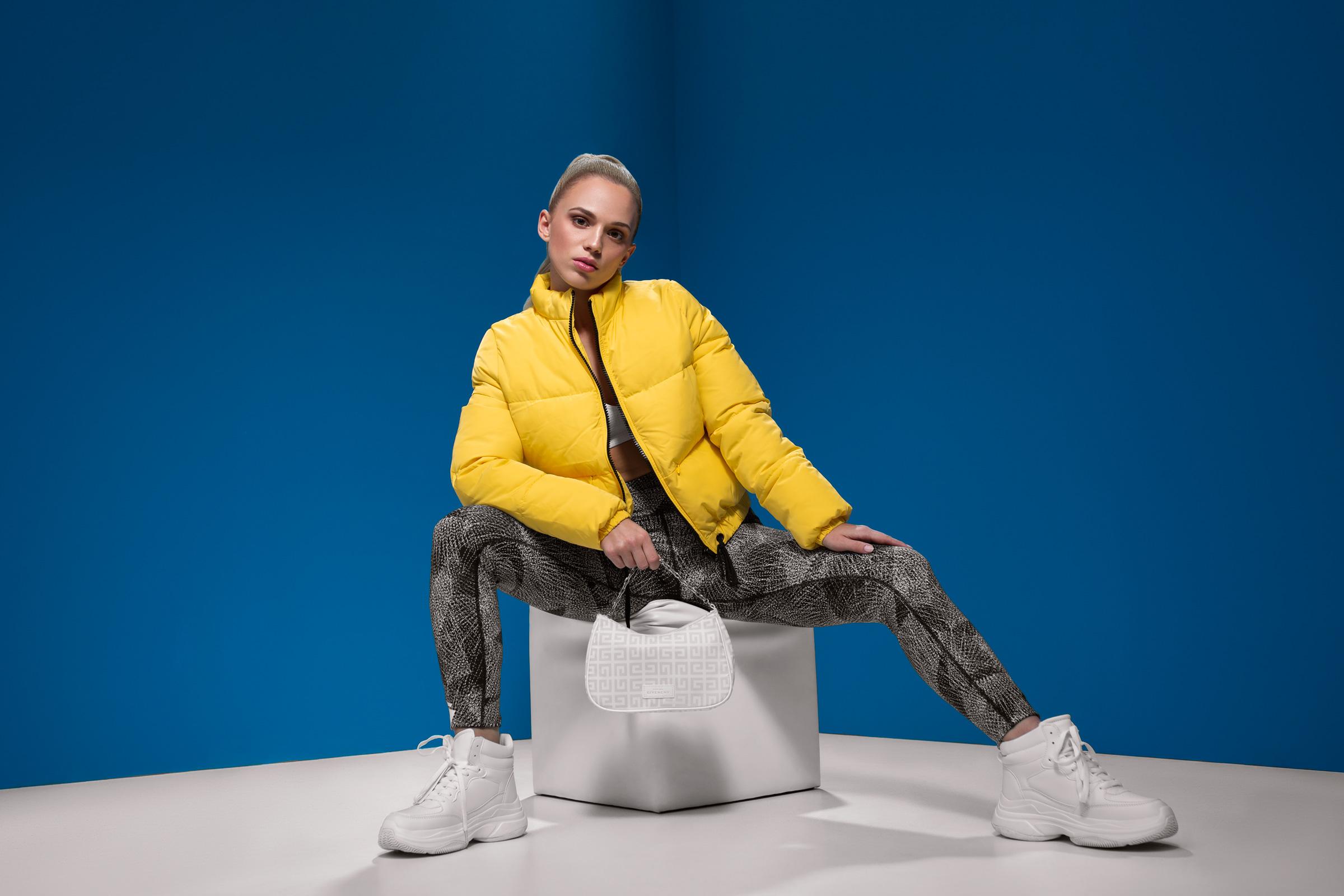 Model post im Studio vor einer blauen Wand | Model is posing in the studio in front of a blue wall